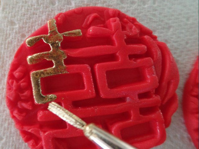 chinese-lantern-cake-tutorial-step-9-lucky-money-bag-gold-paint